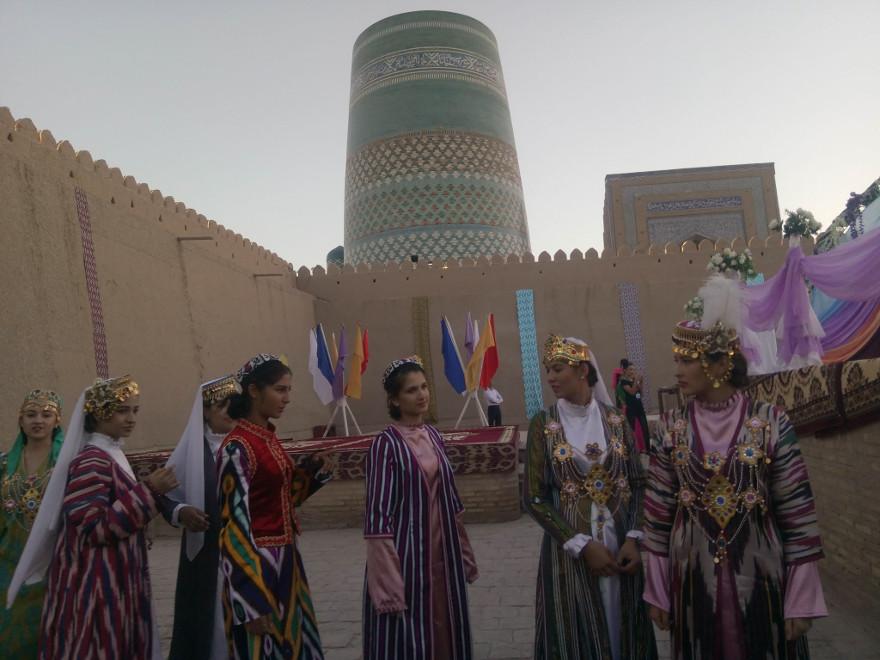 Immagine di alcune ragazze uzbeke durante una cerimonia