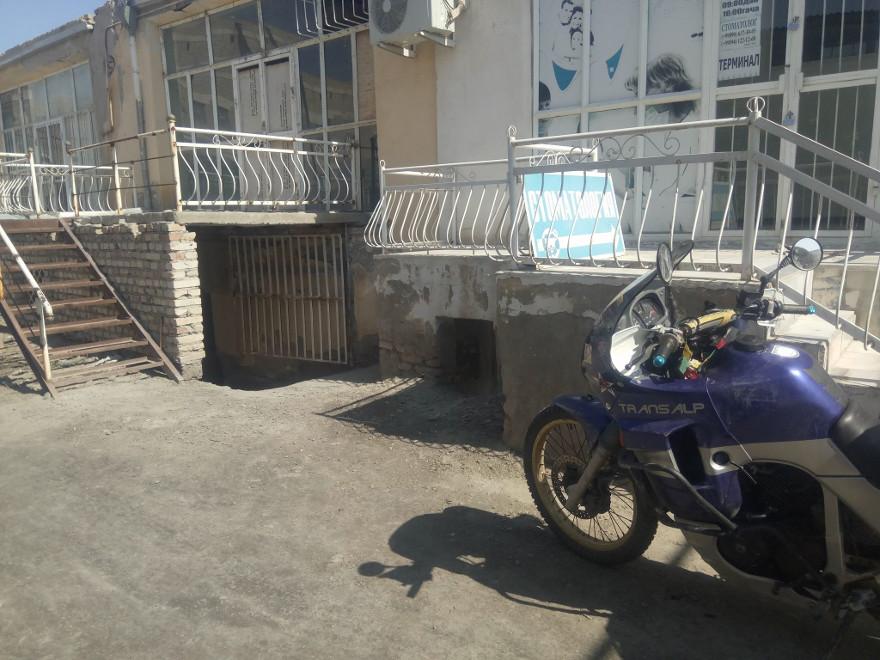 Immagine dell'esterno dell'officina di moto