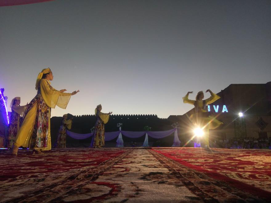 Immagine di una danza e di una cerimonia in Uzbekistan