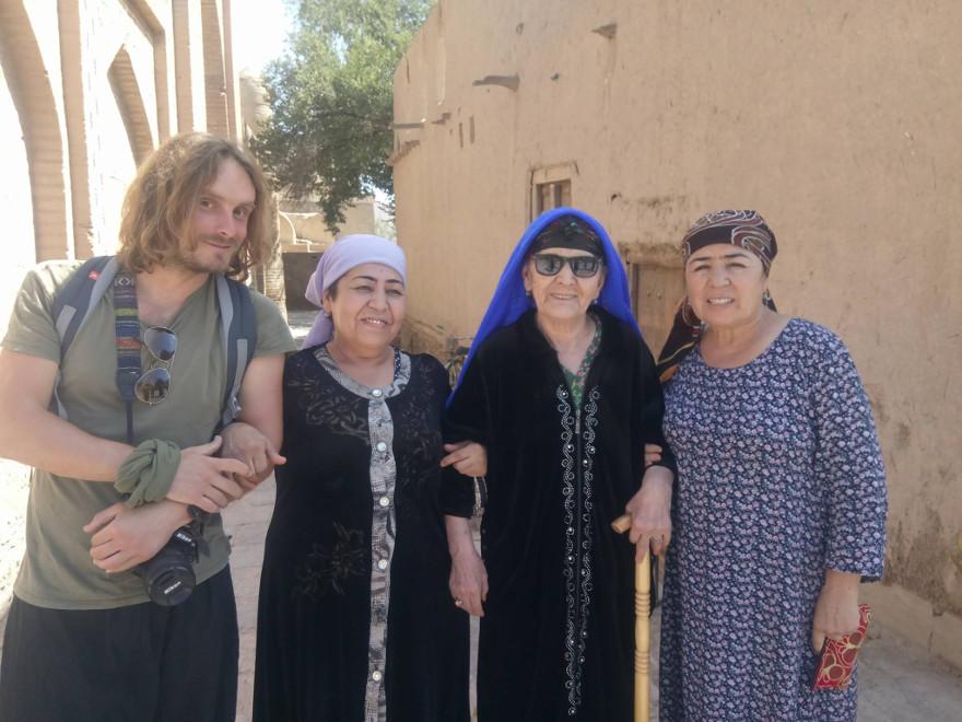 Immagine di Francesco Belgrano insieme ad alcune donne uzbeke