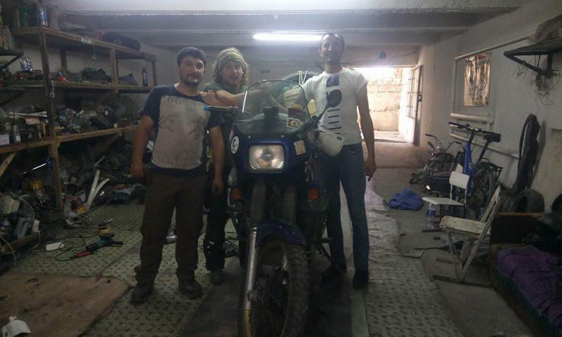 Immagine di Francesco Belgrano e dei meccanici moto a Bukhara