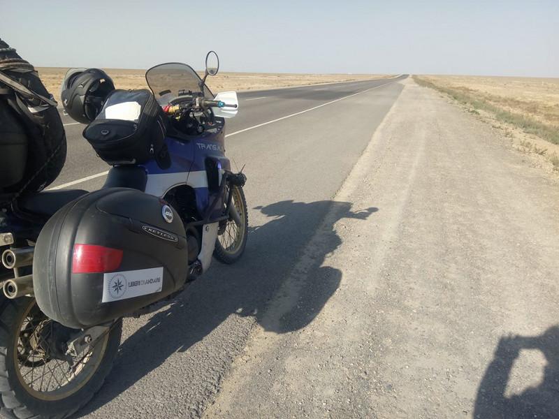 Immagine della strada che attraversa l'Uzbekistan