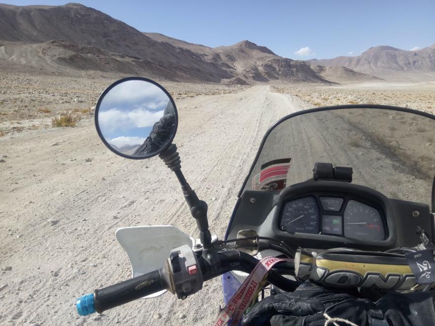 Immagine di una strada sterrata in tagikistan