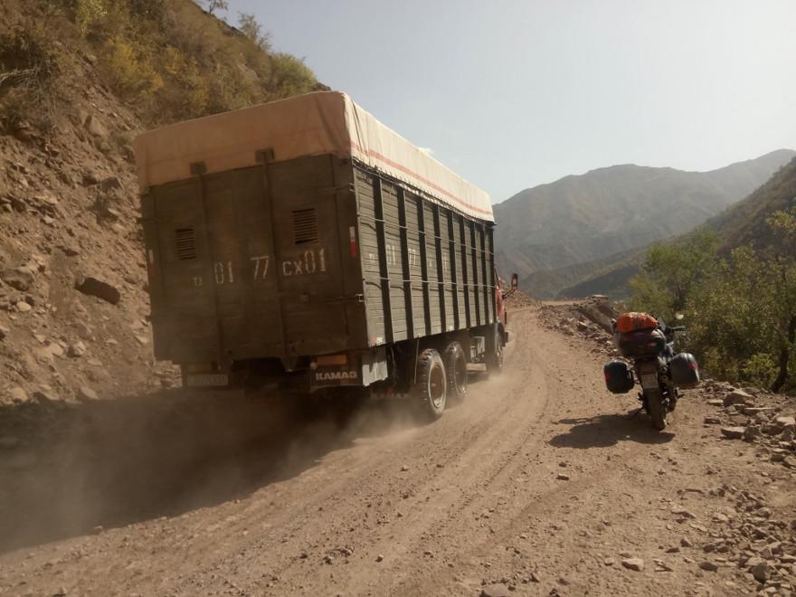 Immagine di una strada di montagna in Tagikistan