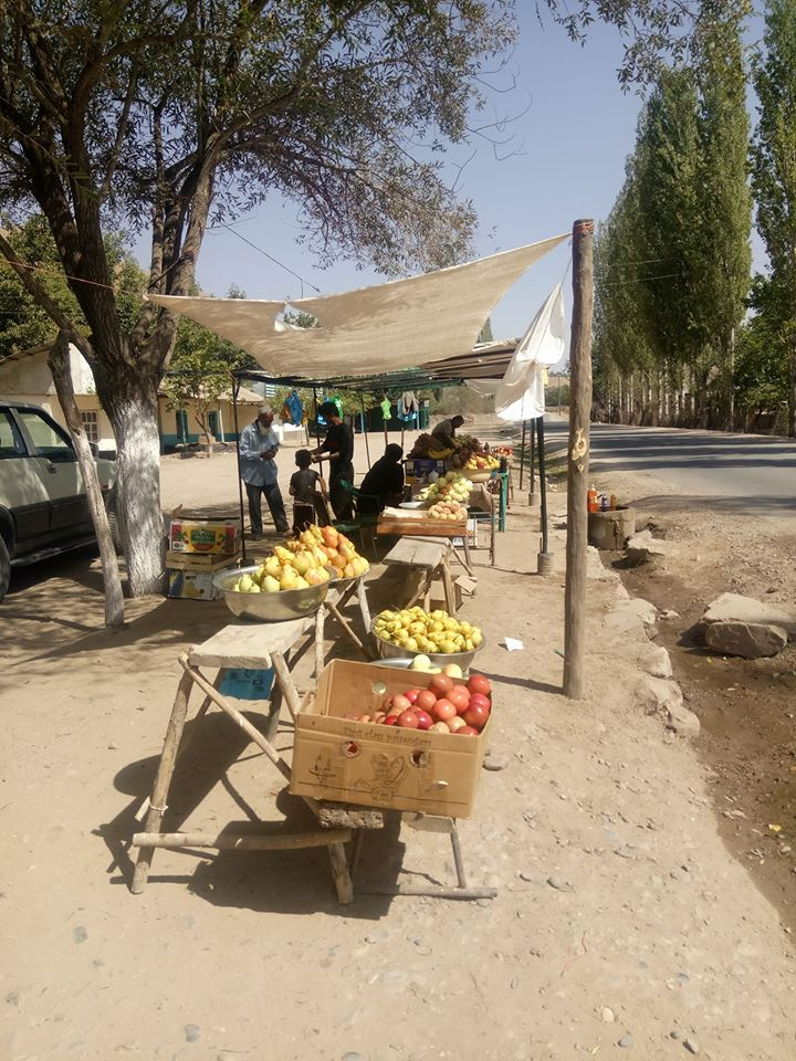 Immagine di vendita di frutta e verdura lungo la strada in tagikistan